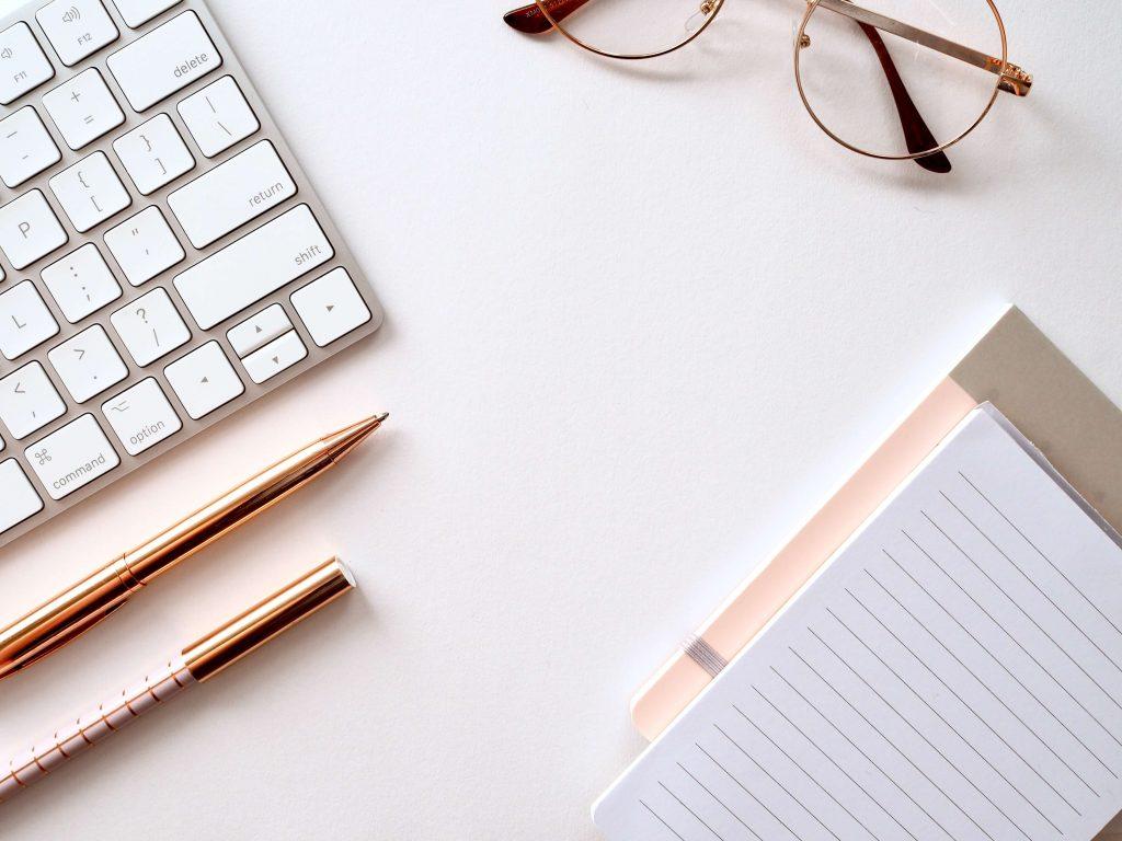 パソコンやペン、メモ帳が写っている写真。ビジネスの基本・集客講座のイメージ写真です。